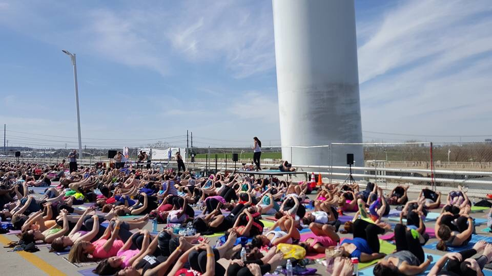 Over 1100 Yogis at Yoga On The Bridge 2016